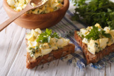Бутерброды с яичным салатом: простая идея для завтрака