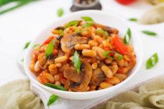 Фасоль с грибами и томатами