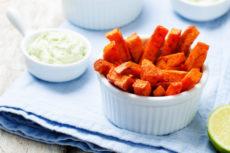 Жареная морковь с соусом из авокадо