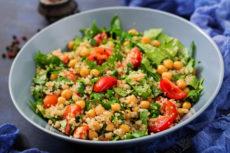 Салат с нутом, киноа и шпинатом