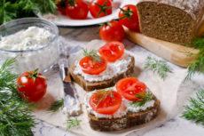 Закусочные бутерброды со сливочным сыром и помидорами