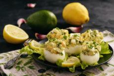 Фаршированные яйца с авокадо и зеленым луком
