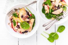 Салат с грушами, яблоками, рикоттой и шпинатом