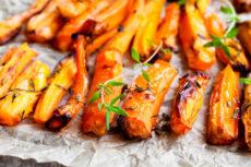 Запеченная морковь с чесноком и травами: восхитительно простая и вкусная закуска