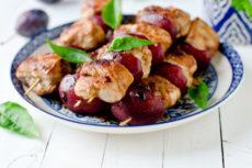 Куриные шашлычки со сливами