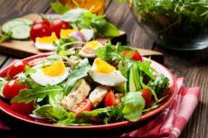 Салат с курицей, помидорами и рукколой