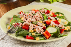 Салат с тунцом, кукурузой и чесноком