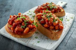 Брускетты с фасолью в томатном соусе: идея для фуршета