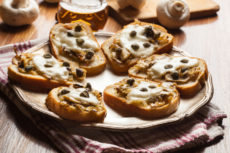 Горячие брускетты с грибами и сыром