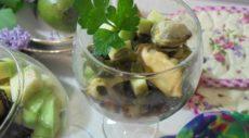 Салат с кускусом, морской капустой. авокадо и морским коктейлем