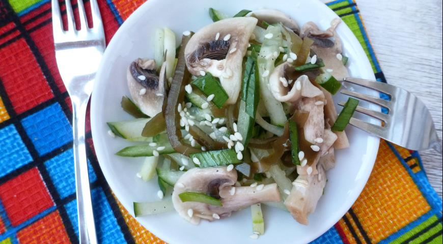Маринованные овощи с шампиньонами и морской капустой