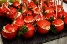 Фаршированные коктейльные помидоры с сырным салатом: оригинальная закуска