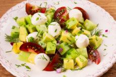 Салат с авокадо, помидорами и моцареллой