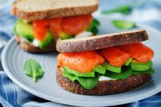 Сэндвичи с красной рыбой, авокадо и сыром