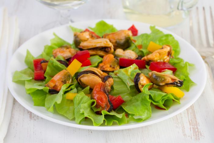 Салат из жареных мидий: простой рецепт