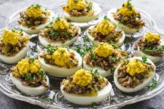 Фаршированные яйца с грибами и горчичным соусом