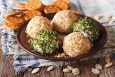 Сырные шарики с крекерами и оливками: пикантная закуска