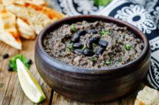 Хумус из черных бобов с оливками