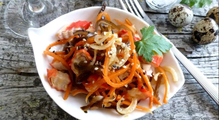 Салат из морской капусты с крабовыми палочками