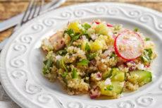 Теплый салат из киноа с овощами