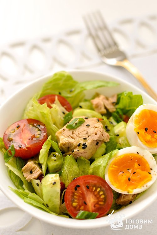 Овощной салат с тунцом и яйцом