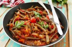 Спаржевая фасоль с помидорами и луком