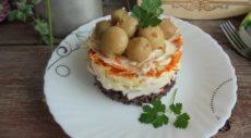 Слоеный салат с крабовыми палочками и красным рисом