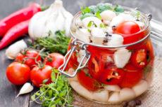 Маринованные томаты черри с мини моцареллой и чесноком: оригинальная закуска