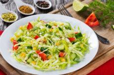 Салат из капусты с кукурузой и перцем