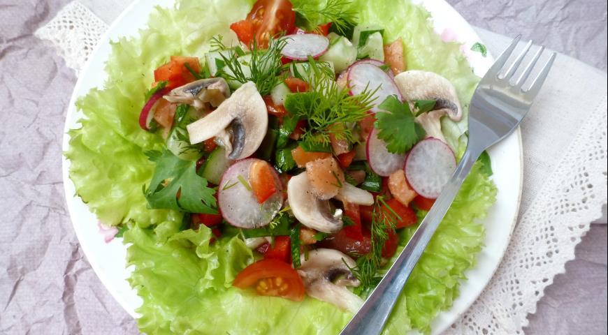 Овощной салат с копченой сёмгой