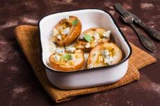 Печеные груши с голубым сыром и кедровыми орешками