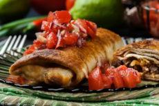 Блинчики с мясом и томатной сальсой: оригинальный рецепт