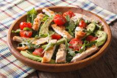 Салат с курицей, помидорами и авокадо