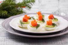 Фаршированные яйца с лососем и авокадо: просто и вкусно