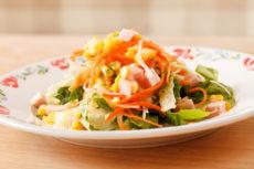 Салат с ветчиной, морковью и кукурузой