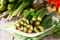 Быстрые маринованные огурцы с перцем и зеленью