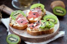 Бутерброды с прошутто и киви