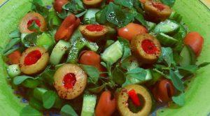 Зеленый салат с фаршированными оливками