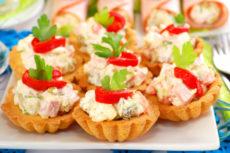 Тарталетки с салатом из ветчины с яйцами и овощами