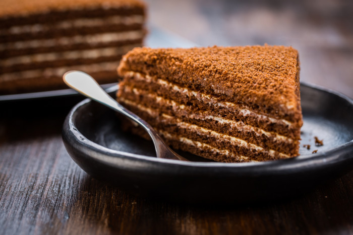 Обалденно-вкусный медовый торт с шоколадной прослойкой