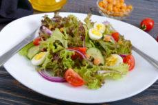 Салат с перепелиными яйцами и нутом