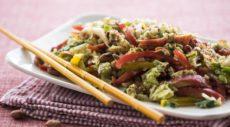 Азиатский салат из овощей с арахисовой заправкой