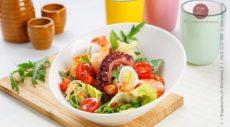 Салат Цезарь с креветками и осьминогом