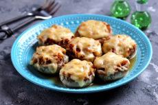 Фаршированные шампиньоны с сыром: простой рецепт