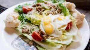Цезарь с печёным цыпленком в фирменной подаче кафе Кусочки