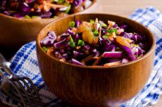 Салат из красной капусты с изюмом и мятой