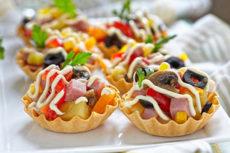 Тарталетки с салатом из ветчины и грибов