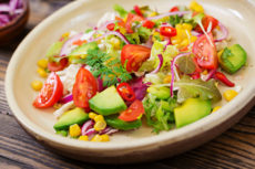 Салат с авокадо, помидорами и кукурузой