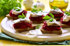 Бутерброды с маринованной свеклой и сельдью: пикантная закуска