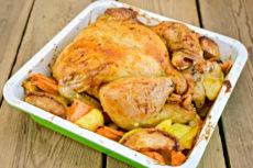 Запеченная курица с яблоками и морковью